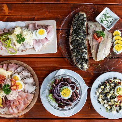 Schmankerl Tisch mit Fisch, Fleisch und Käse